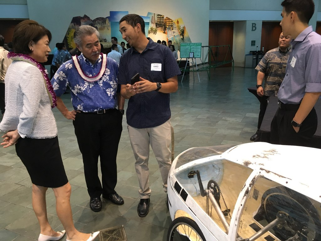 Above: Hawaii Governor David Ige meets with students at the University of Hawaii College of Engineering banquet.Image Credit: State of Hawaii/Flickr